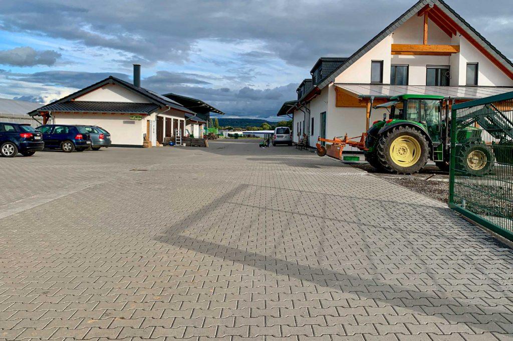 Doppel-T Pflastersteine verlegt am Bauernhof