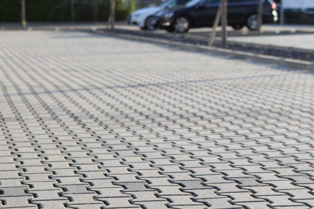 Öko Doppel-T Pflastersteine für die Parkplätze