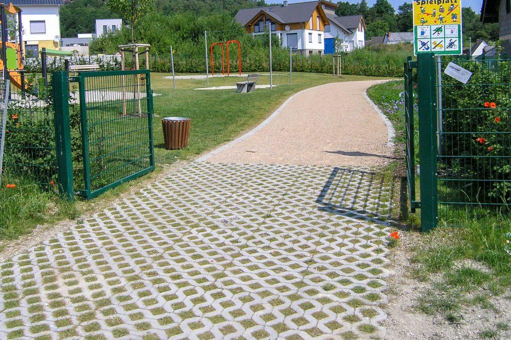 Öko Rasengitter Pflastersteine Steine am Spielplatz
