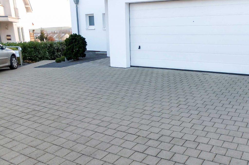 Quadrato Pflastersteine verlegt an der Garageneinfahrt
