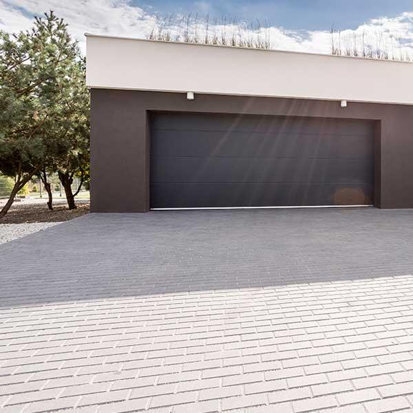 Rechteck Pflastersteine als Einfahrt einer Garage