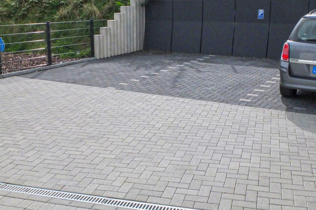 Rechteck Pflastersteine 20x10cm grau und anthrazit, Fischgrätverband / Elelnbogenverband, Parkflächen und Einfahrt