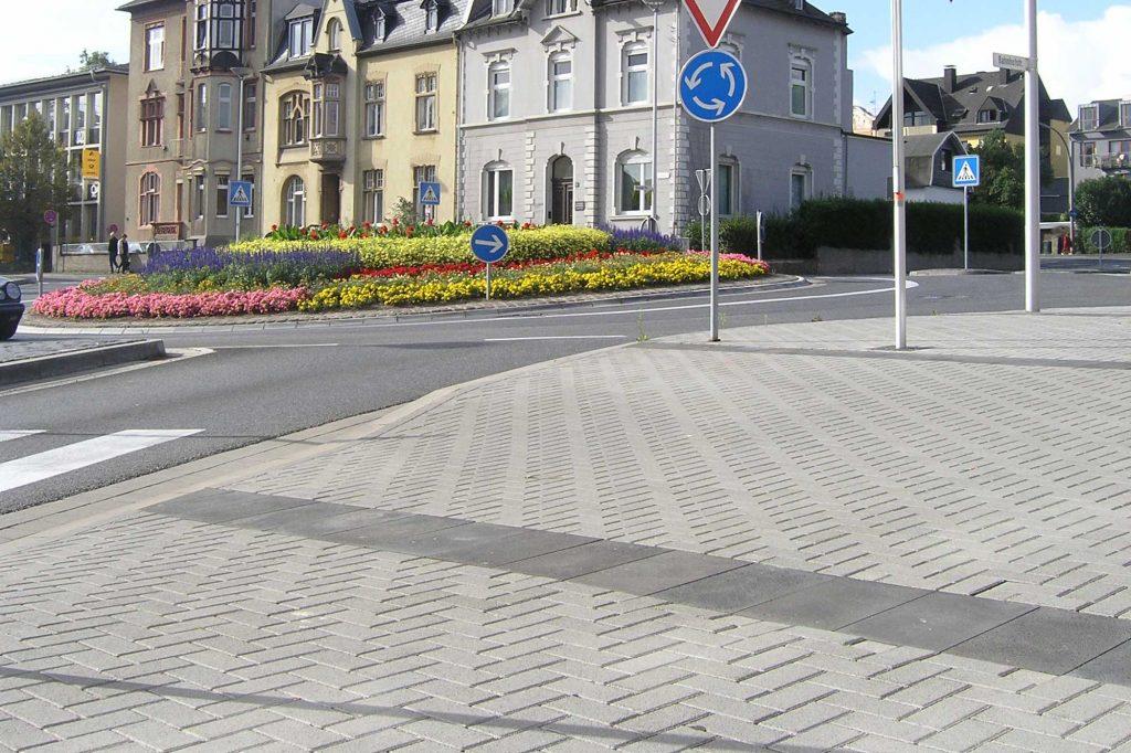 Rechteck Pflastersteine 20x10cm grau im Fischgrätverband / Ellenbogenverbund, Gehweg Innenstadt