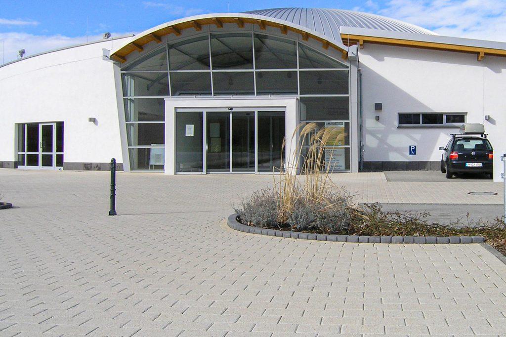 Zenit Pflaster Platten als Parkplatz vor Stadthalle