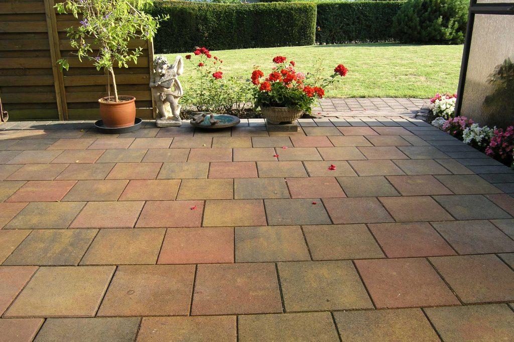 Zenit Pflaster Platten als Terrasse vor dem Garten