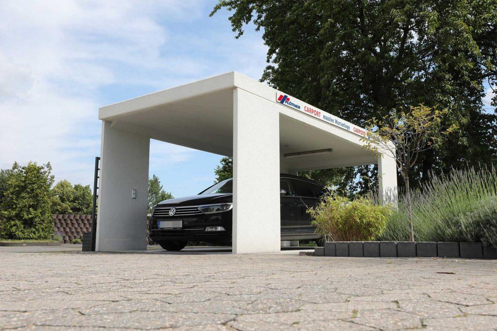 Carport aus Beton mit Auto als Unterstand
