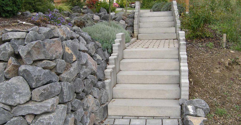 Blockstufen Treppe mit Steine im Garten