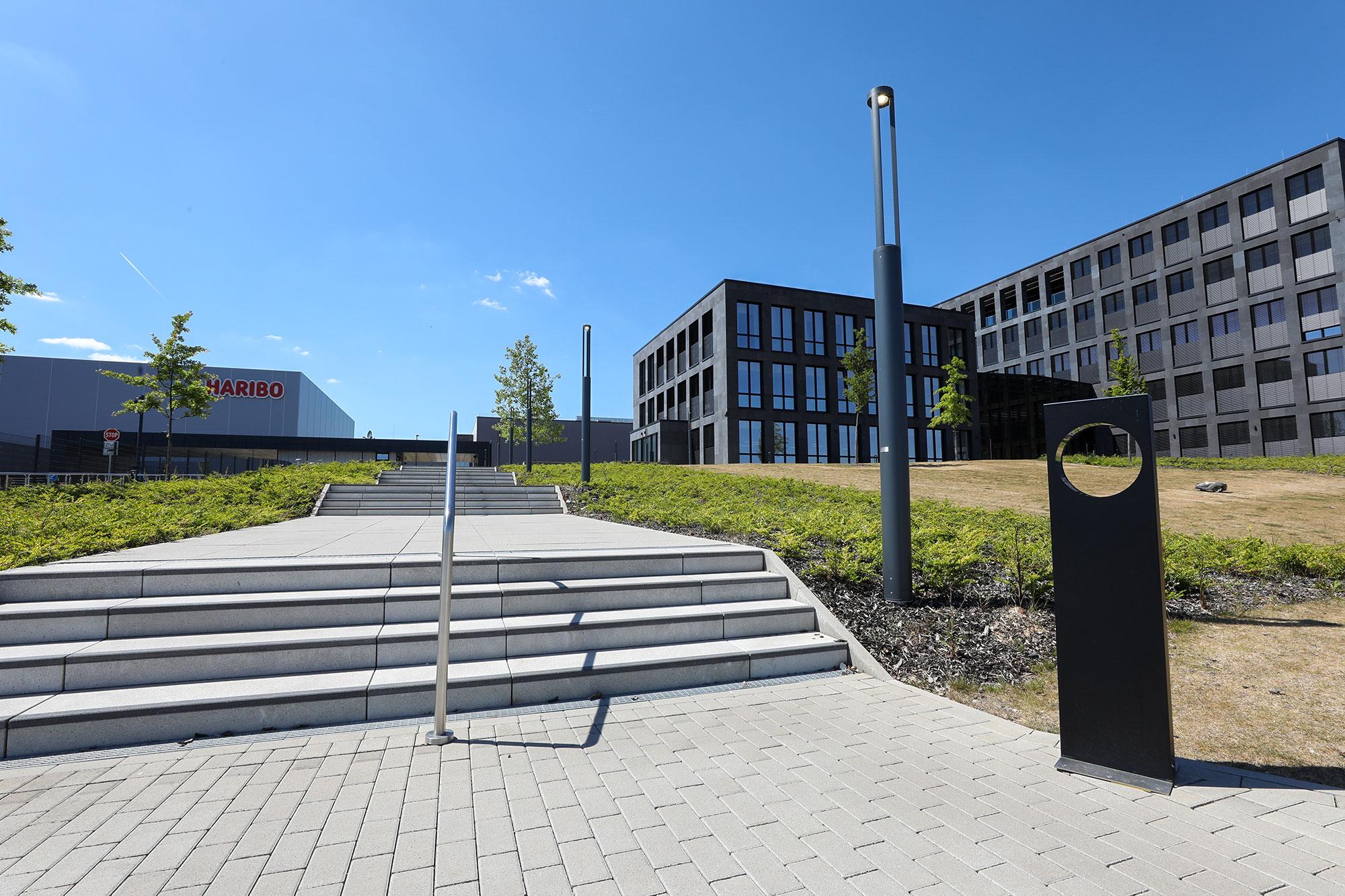Decken & Wände Firmenkomplex mit Eingangstreppe