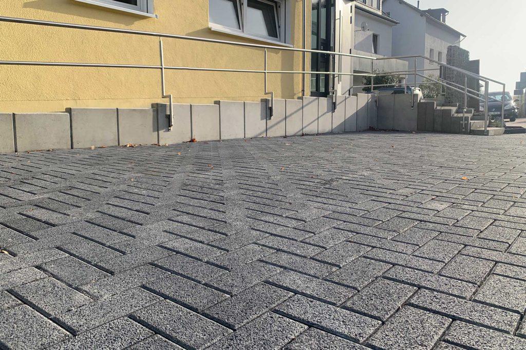 Öko Filter Pflastersteine als Parkfläche vor einem Haus